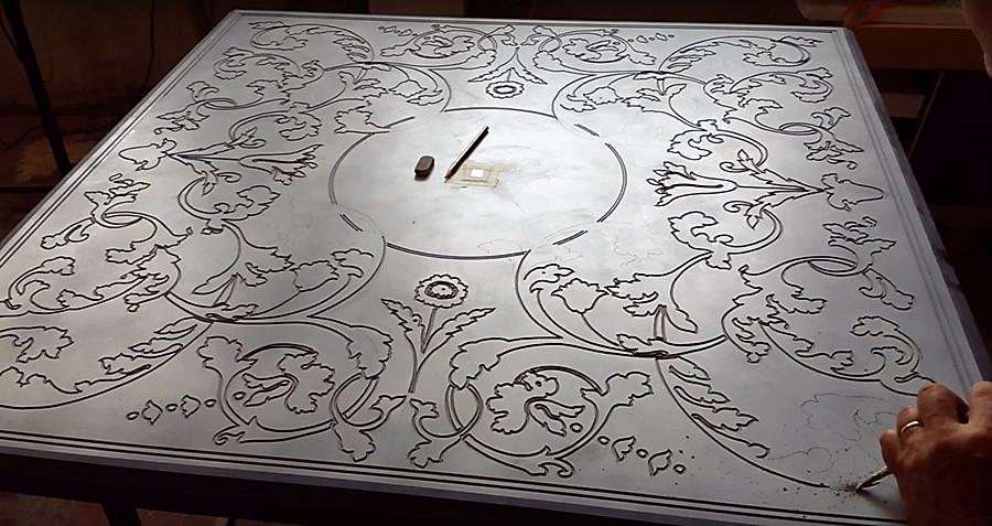 Прорезание рисунка для скальолы в мраморном или гипсовом основании.