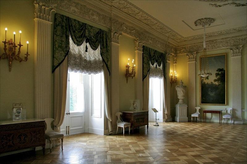 Белая столовая на первом этаже Павловского дворца