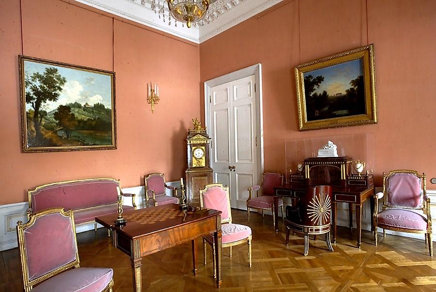 В Малиновом кабинете императорского дворца в Павловске
