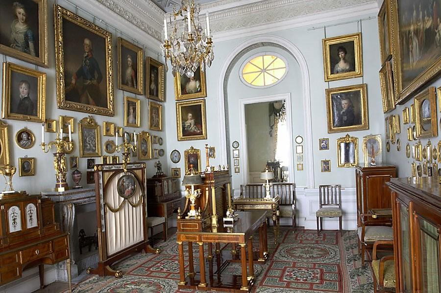 Общий кабинет Павловского дворца с портретами царской семьи на стенах