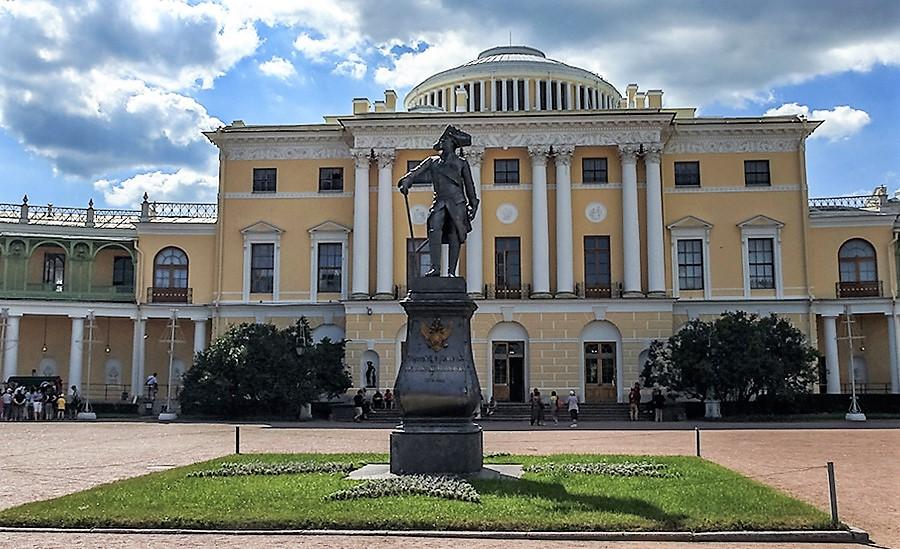 Памятник императору Павлу I на фоне главного фасада Павловского дворца