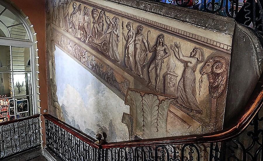 Парадная лестница Павловского дворца ведет из Египетского вестибюля на второй этаж