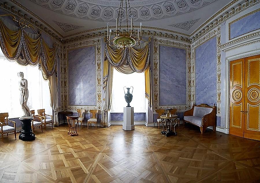 Угловая или Фиолетовая гостиная отличается необычным цветом искусственного мрамора