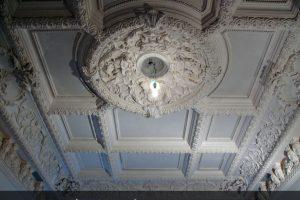 Лепнина на потолке в частном доме