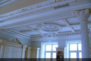 Лепной декор потолка частного дома