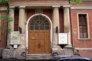Фрагмент главного фасада Храма Святой Великомученицы Ирины в Покровском до реставрации