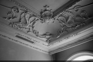Декор потолка частного дома