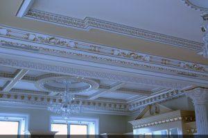 Гипсовая лепнина на потолке в частном доме