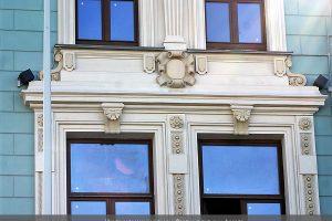 Фрагмент лепного декора фасада Театра Школа современной пьесы